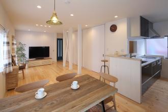 広々LDKとキッチン裏の小さな座敷