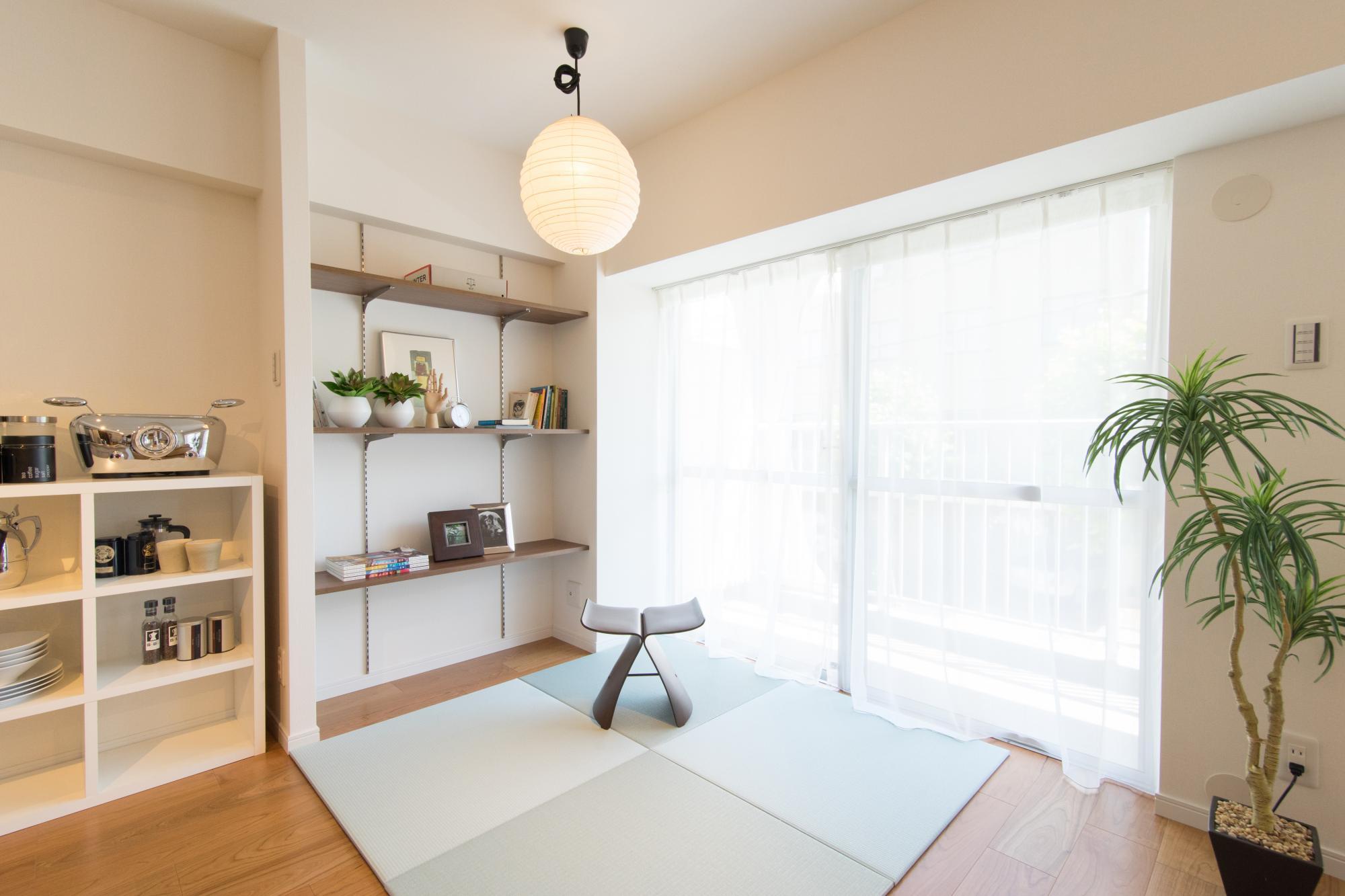 お茶を嗜むF様。リビングの脇に小さな畳スペースを造りました。F様ご自身で選んだ和紙と竹ひごの和風照明が雰囲気を醸し出しています。置き畳なので自由に動かせるのもポイント。