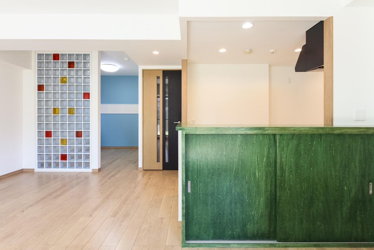 『色』の豊かさが印象的なLDKから見える風景。元々和室だった奥の部屋がやや閉鎖的になってしまうことを懸念し、壁ではなく『ガラスブロック』を採用。LDK側から見ても開放感ある空間になりました。