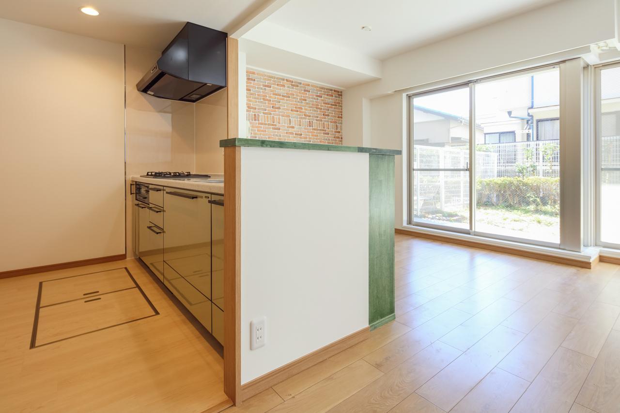キッチンも位置は変えませんでしたが、覆っていた壁を取り払い閉鎖的なキッチンを一変。リビングダイニングとのコミュニケーションが気軽にとれる明るいキッチンへと生まれ変わりました。