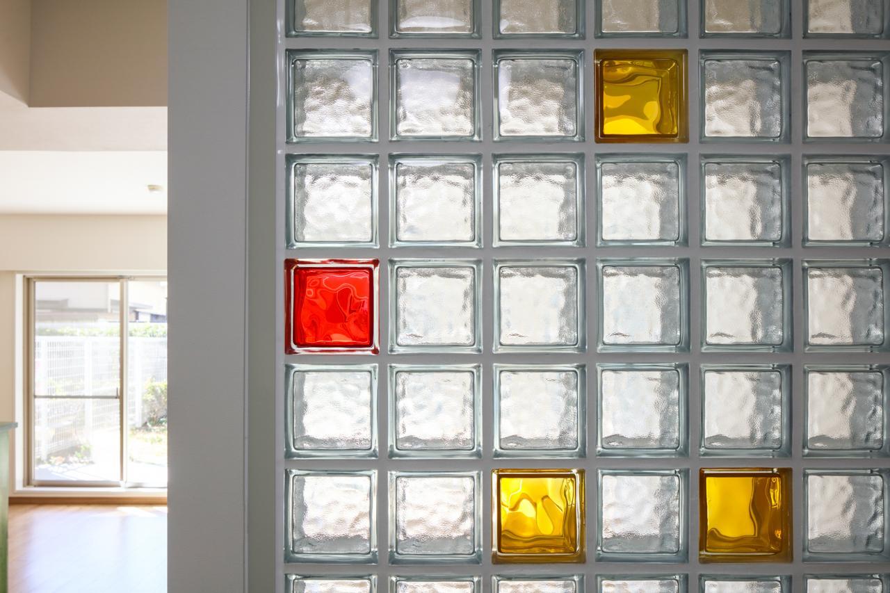 光を透す少し厚手のガラスが組み合わされたガラスブロック。色のレイアウトが自由に出来るため、オンリーワンのデザインが可能です。こちらのガラスブロックはT様ご夫婦がレイアウトを考えてくださりました。