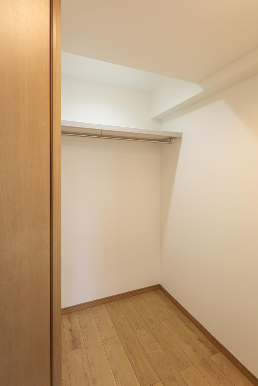 押入れを有効活用したWIC。吊るした服の上にも荷物が置けるので収納スペースに無駄が有りません。