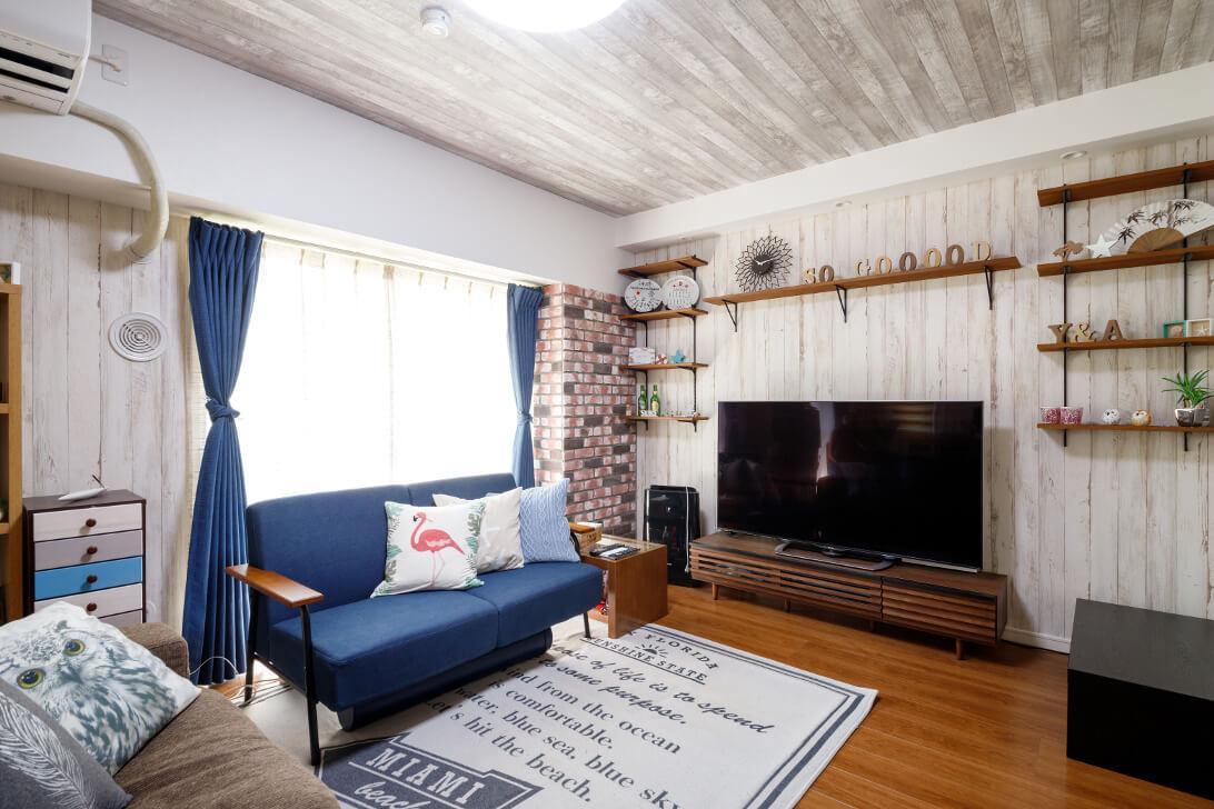 西海岸テイストを存分に詰め込んだリビング。家具にも気を遣い、カーテンとソファは映えるブルーをチョイス。