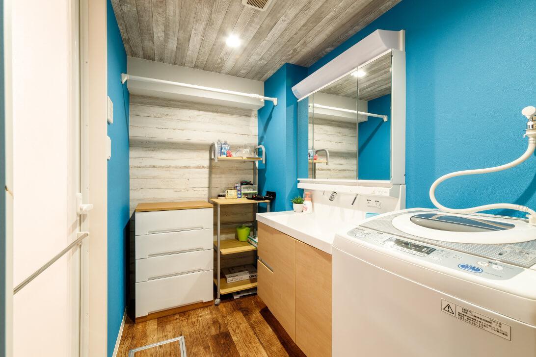 奥様お気に入りのマリンブルー。窓が無く暗い洗面室を明るく爽やかに大変身。