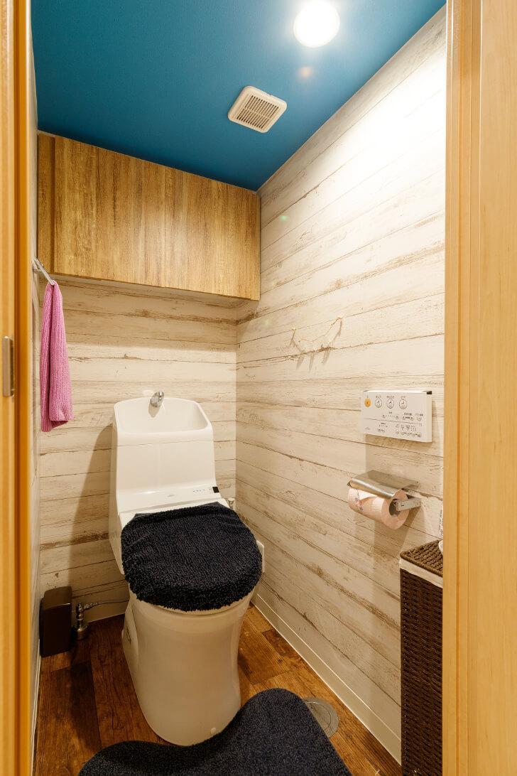 トイレにも爽やかな色合いのマリンブルーを採用。トイレや洗面・システムバスはそのまま活用して費用を節約しながらもお洒落なお気に入り空間を実現しました。