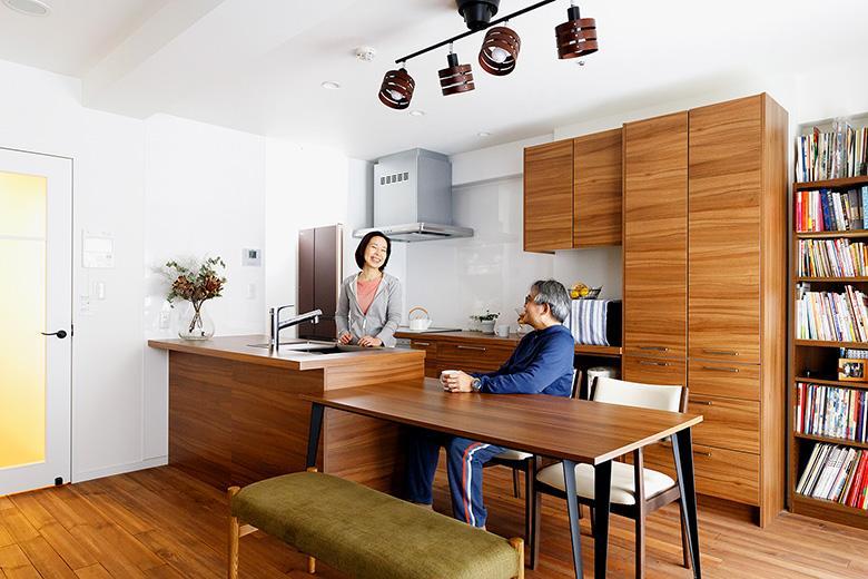キッチンと一体化したダイニング。休日はお二人でキッチンに立つこともあるそうで、スペースに余裕のある二列型キッチンを採用。