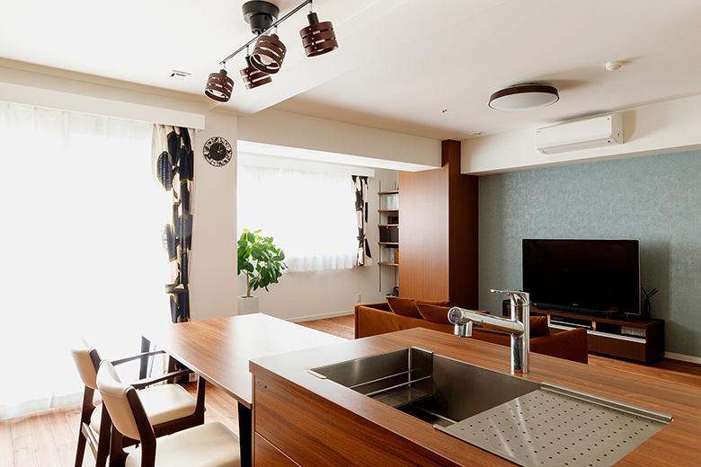 窓側のスペースには棚を造作し、アイロンを掛けたりできる家事スペースに。雨の日には洗濯物を干すことが出来ます。