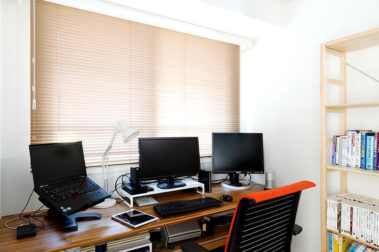 寝室の一角は旦那様の書斎です。パソコンが3台置ける机を造作しました。