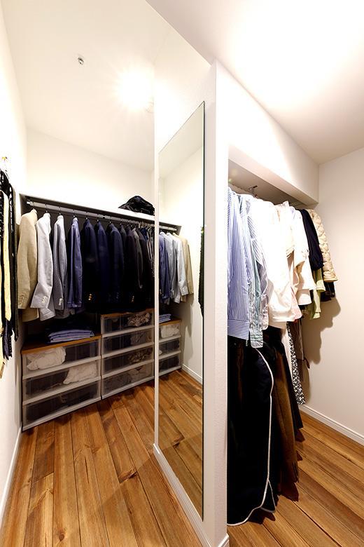 寝室とリビングの間にはWTC。中央のスペースには2段にパイプを設置しより収納できるようにしました。