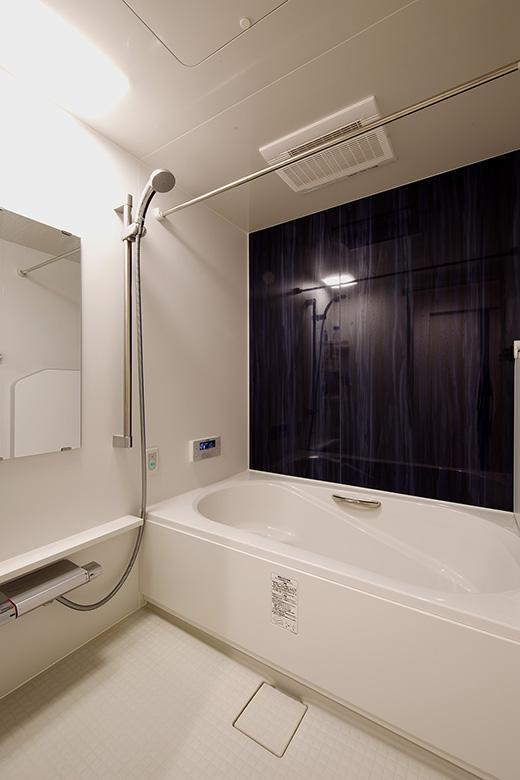 お風呂の位置を見直し、一回り大きな浴槽になりました!シャワーハンガーは手すりとしても利用できる『シャワースライドバー』を採用しました。