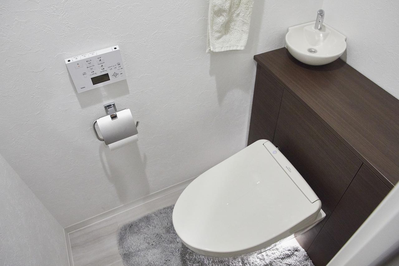 トイレに入ると自動的に点灯するフロアライト。もちろん、退室すると自動的に消えます。新しくなった設備の中でも特に「変えて良かった!」と好評。