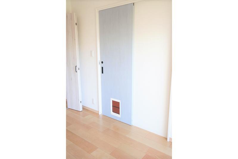 ベイビーブルーの引き戸には猫ちゃん専用の扉が