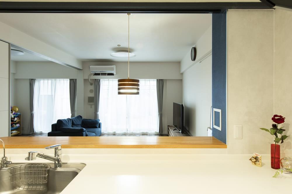 視界を遮る吊戸棚を取り払い開放的に