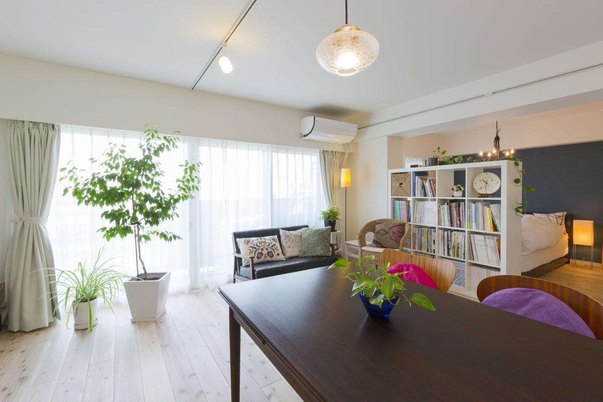 白を基調とした内装と無垢床に囲まれたリビングは生活の中心。