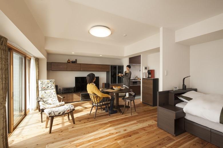 国産の杉材を使った無垢床の柔らかさや色合い。お気に入りの家具に合わせた内装デザイン。
