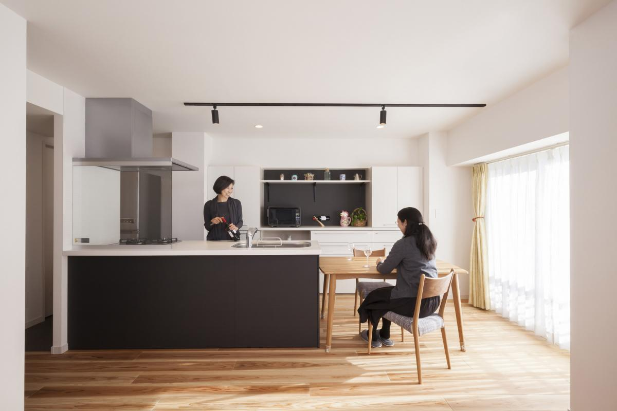 奥様が選びに選んだオープンキッチンは大きさ、色ともにリビングにしっかり調和。汚れ防止用のガラスボードとフルフラットな仕様がとにかく開放的です。「親しいお客様をダイニングテーブルにお通しし、おしゃべりを楽しみながら料理できる」とご満足いただきました。