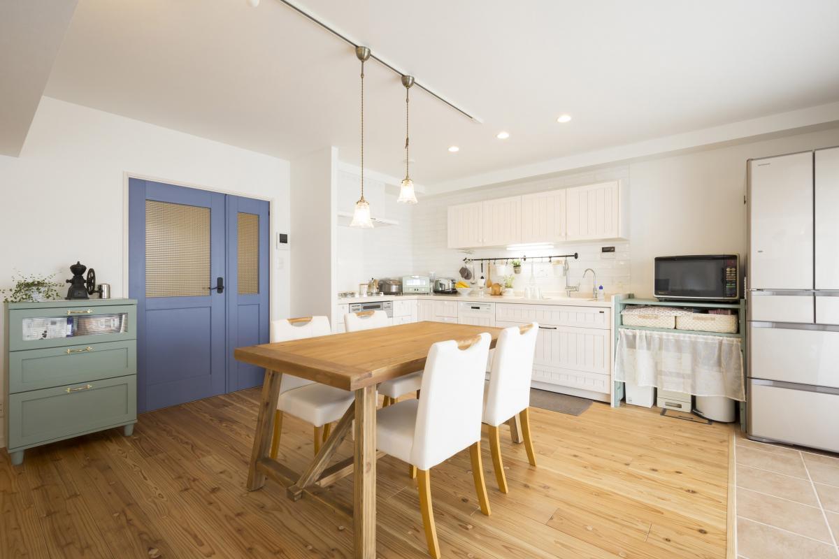 白を基調とした広々リビング・ダイニング。シンプルな空間に奥様お好みの家具・調度品は、ぬくもり感のある無垢床ともよくマッチしています。