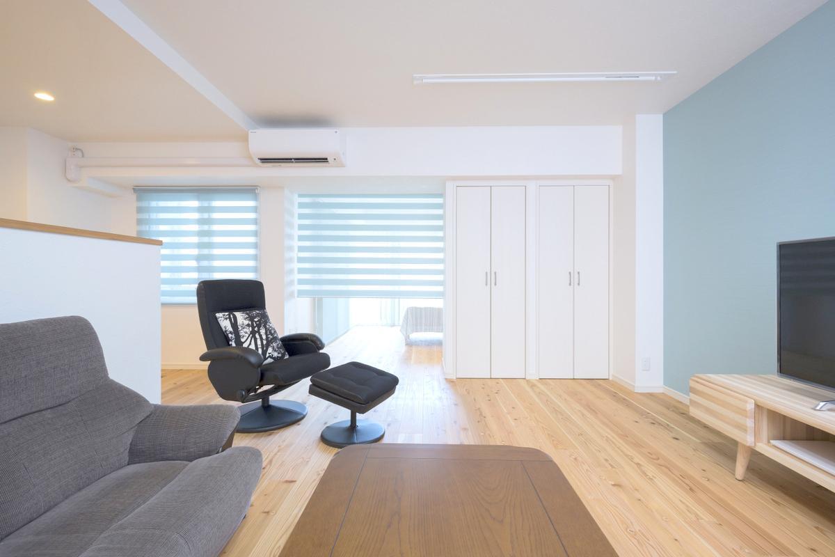 リビングに設けられた白色の書棚。隣り合う寝室との間仕切り壁を兼ねた作りになっています。