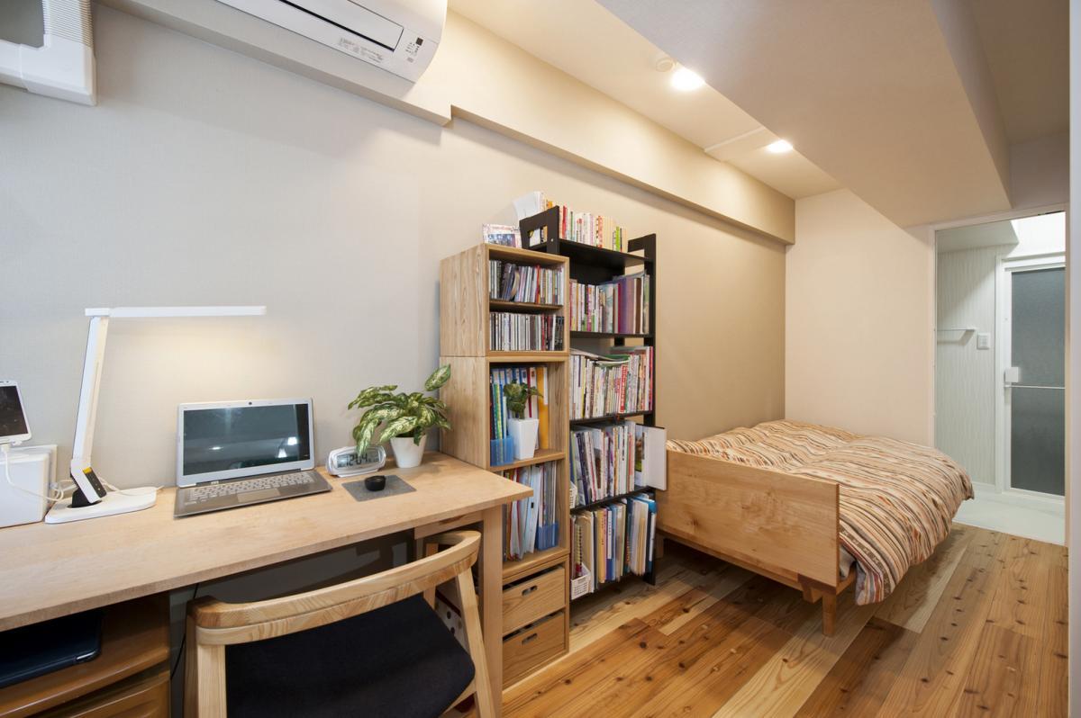 奥様の仕事部屋兼寝室として、キッチンのウラ側にサービスルームを設置。浴室・洗面所やキッチンへの移動も各出入口から行える動線設計とお子様が独立後は、パントリールームなどにも使える空間に。奥様のお気に入りの一つです。