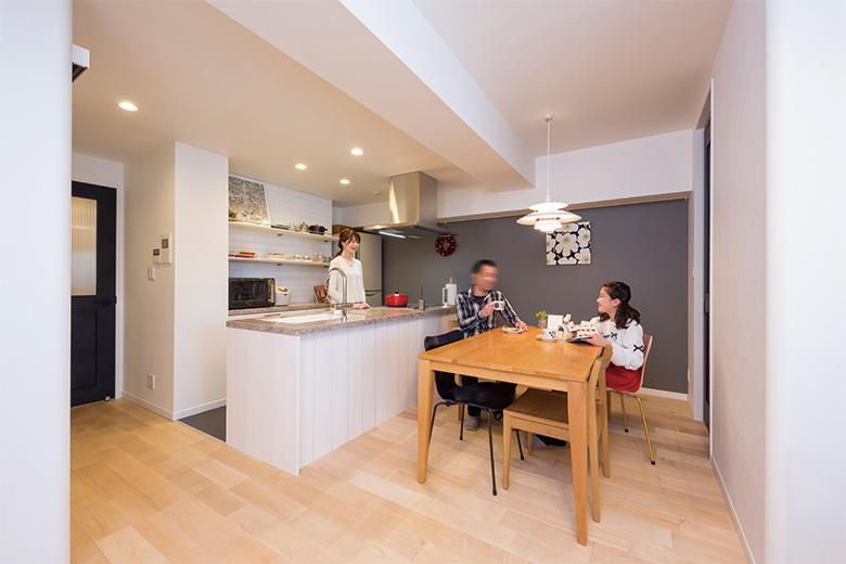 もともと使用されていた家具が似合う空間にしたいとメープルの床材や、壁にはアクセントウォールとして調湿・脱臭効果のある壁材を採用。窓から明るい光が入る気持ちのいいリビングに仕上がりました。子供部屋や洗面室との間の壁のコーナーをラウンド型にして丸みをもたせるなど、細部にまでこだわりが生かされています。