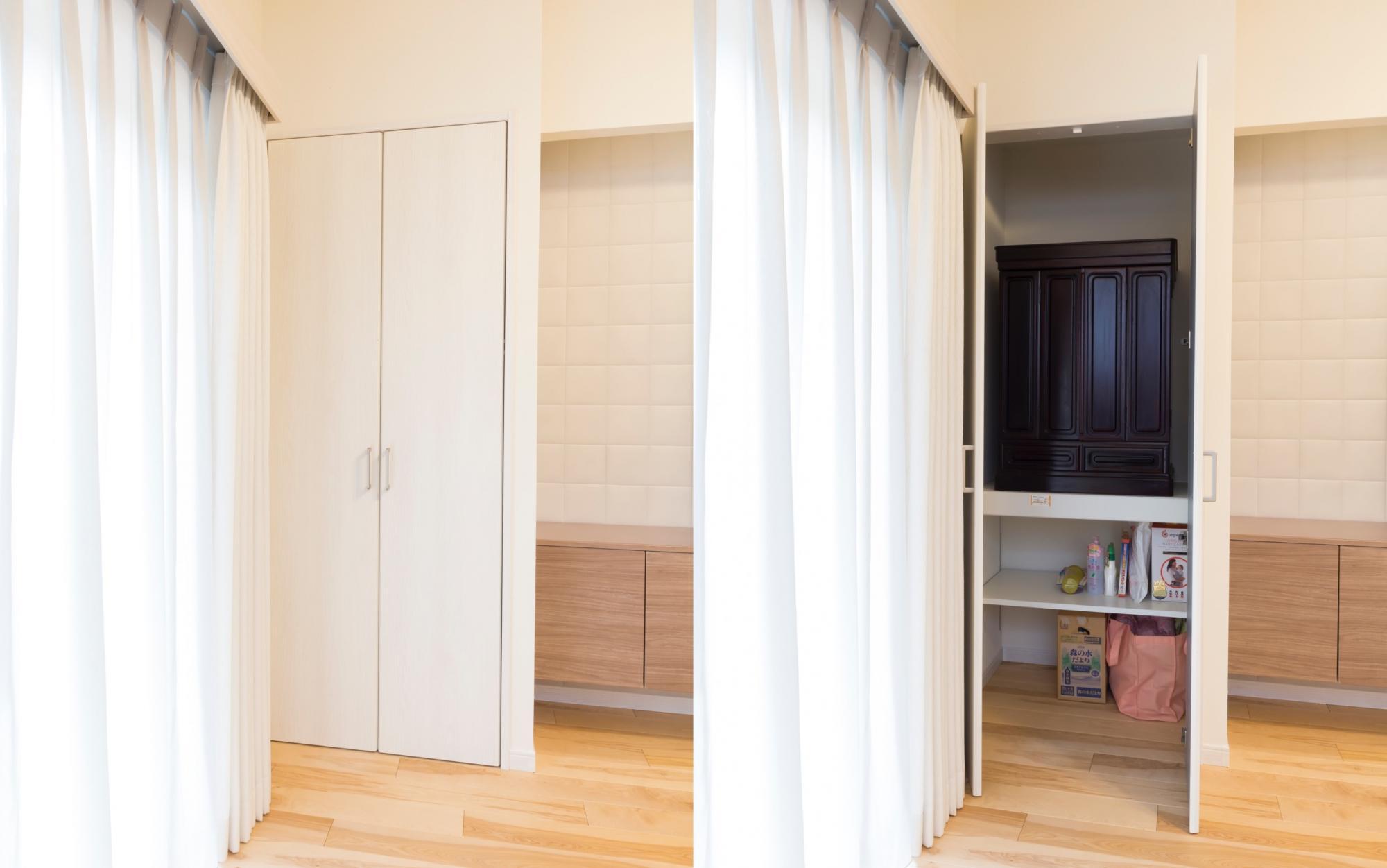 リビングのTVボードの横にシンプルな扉のお仏壇スペースを設置。収納扉のようで目立ちにくく、ゲストが来たときは扉を閉めればインテリアの雰囲気を壊しません。
