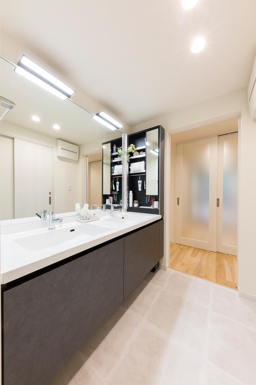 廊下と寝室横のウォークスルークローゼットの両方向からアクセスできる洗面所。洗面ボウルを2つ設けた、ホテルのようなゆとりのある洗面スペースです。二人のお子様も満足・・・と思いきや、「お互いに『こっちを使いたい!』とか言って。2つあっても喧嘩するんだなって(笑)」