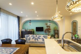 馬蹄形アーチとランプで彩られた魅惑的なモロッカンブルーの住まい