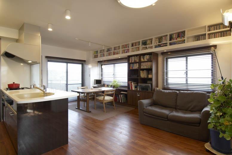 床は無垢フローリング、壁はカルクウォール(スイス漆喰)など自然素材を採用し、アジアンテイストのインテリアを実現しました。 また、窓上と腰下にもオープン棚を設け、収納スペースを確保しました。