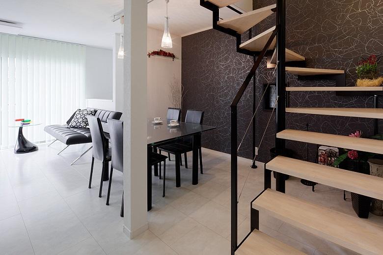 LDK:鉄骨のデザイン階段がスタイリッシュモダンな住まいのポイントになっています。【間取り図:(1)】
