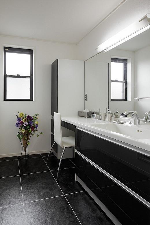 サニタリー:1階玄関脇から2階に移設しました。洗面化粧台は大型鏡でドレッサーも兼ねています。【間取り図:(11)】