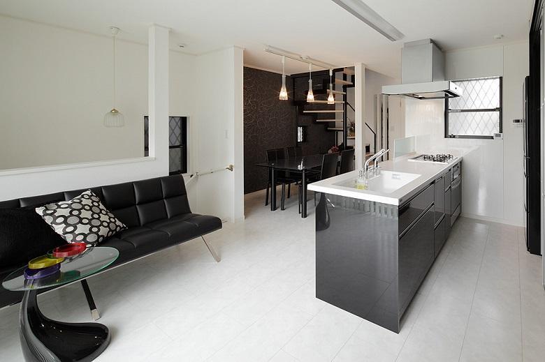 LDK:内装・家具・設備をモノトーンでまとめてスタイリッシュに。寒さ対策用に床暖房を完備しています。【間取り図:(4)】