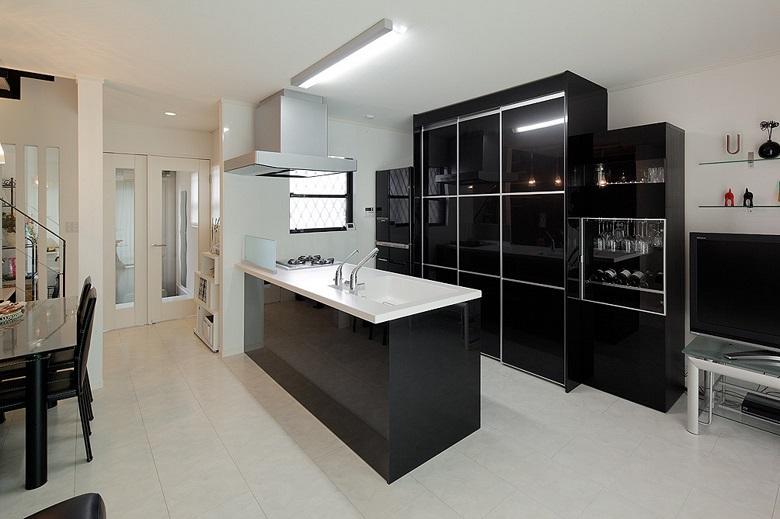 キッチン:黒い鏡面扉のオープンキッチン中心のLDK。【間取り図:(5)】