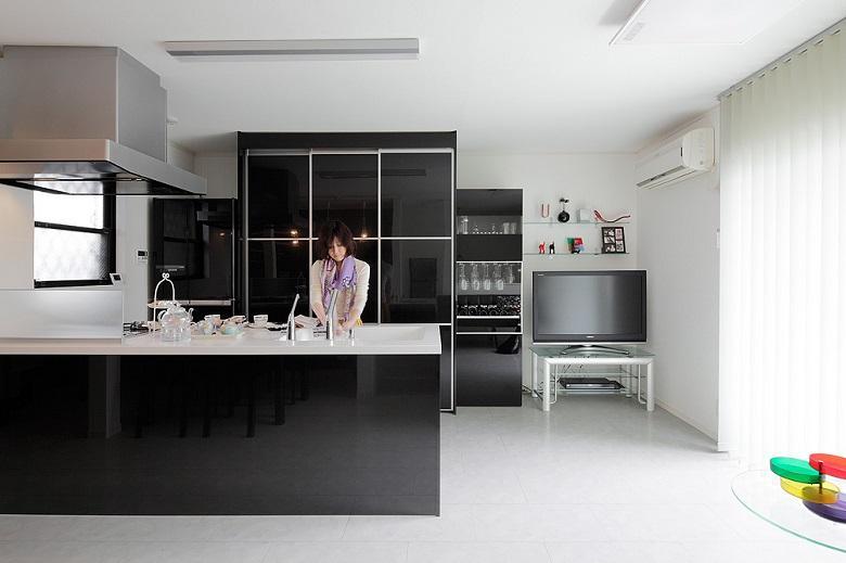 キッチン:オープンキッチンは広くて作業性も抜群。背面のスライド収納は大容量でいろんな物がスッキリ納まります。【間取り図:(6)】