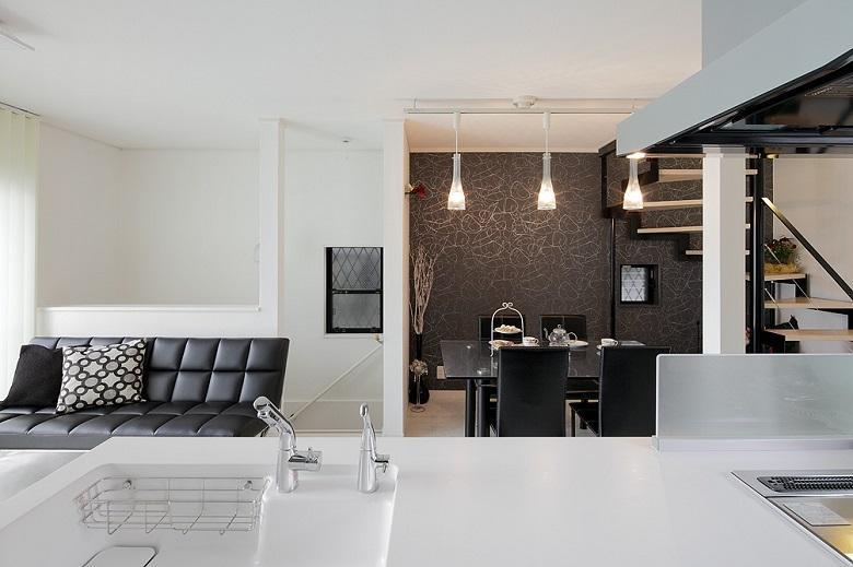 対面キッチンからのLDKの眺め。デザインコンセプトが白黒モノトーンで統一され、絵になります。【間取り図:(7)】