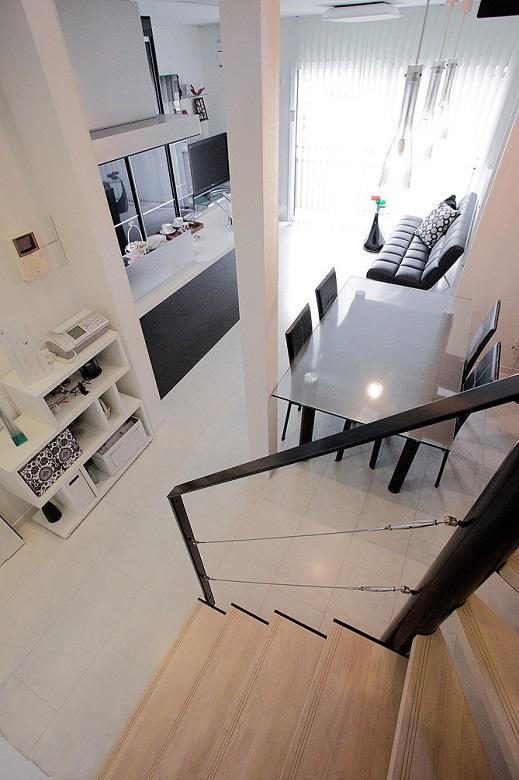 階段途中より:LDK~2階ホールまで、扉一つ無い開放感な空間です。【間取り図:(9)】
