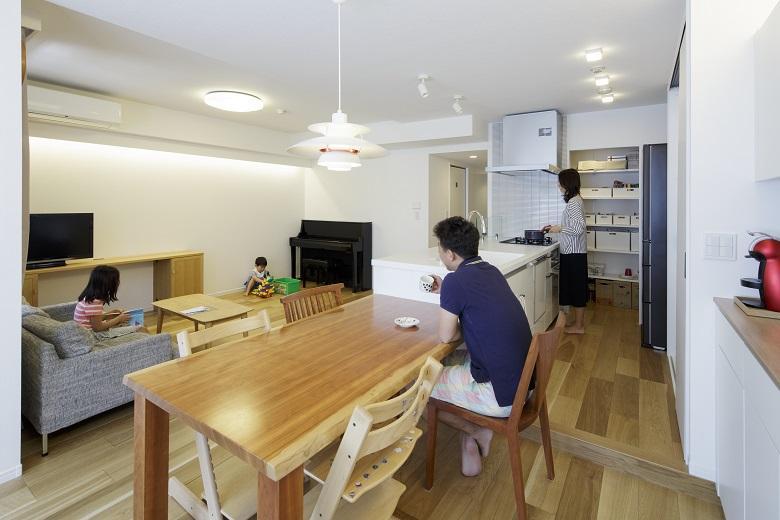 対面式オープンキッチンを中心に広がる、ゆとりあるLDK。排水勾配を取るため床を上げることで実現した対面式キッチンは、料理や後片づけをしながら子どもたちの様子が見守れ、会話も弾みます。LDKの中すべての家事を行うことができます。