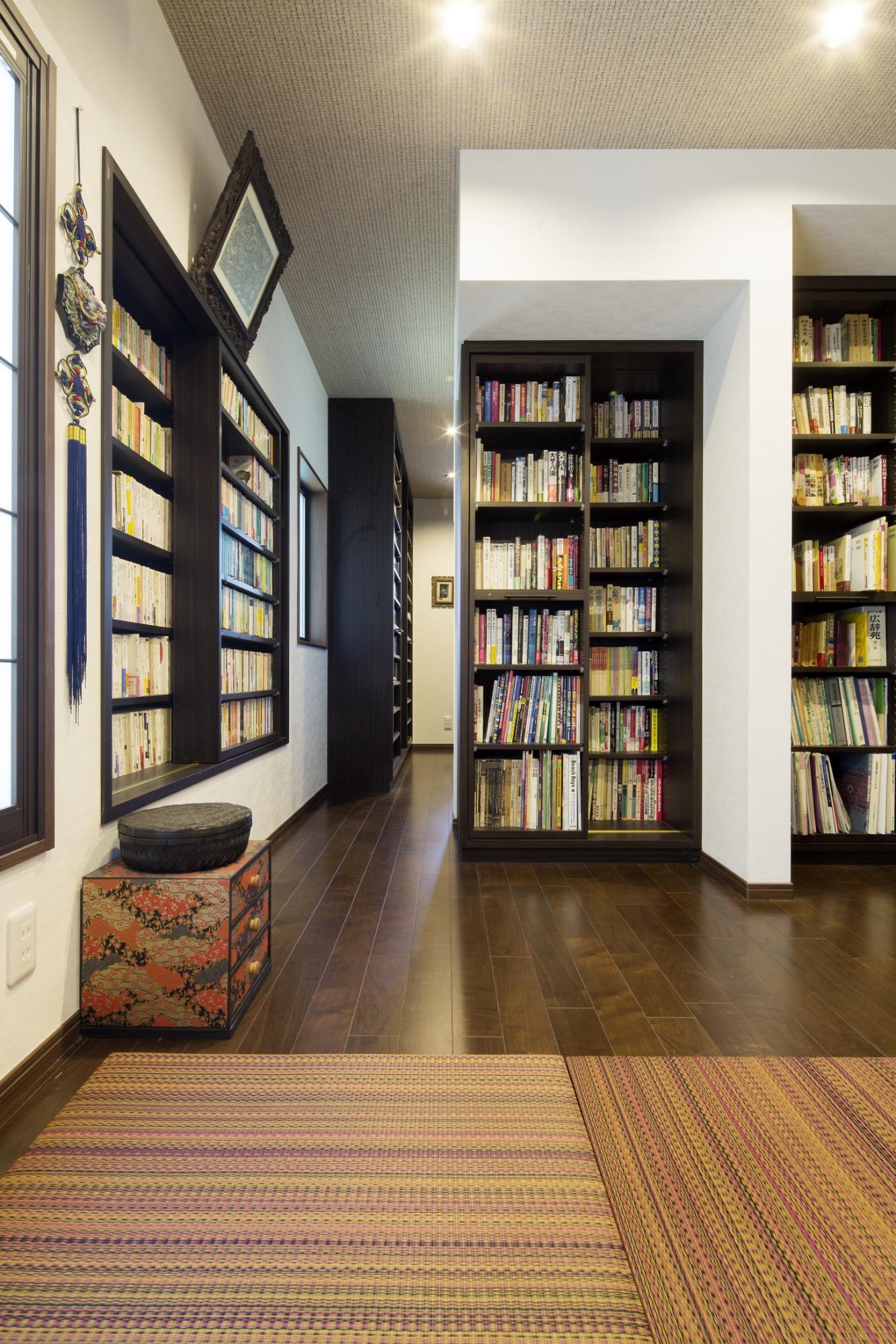 大量の蔵書をなるべく多く収納できるよう、スライド式の書棚を造作しました。本の重量に耐えられるように基礎や下地を補強しなければならなく、柱の位置なども変わるため、これを機に耐震性も見直し、耐震設計をして家全体の耐震補強を行いました。
