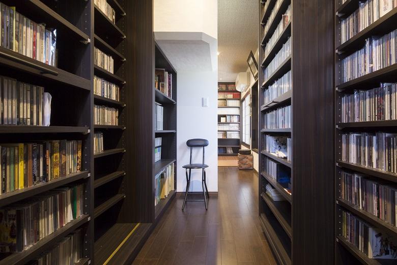 本の日焼けを防ぐために北側に配置して紫外線を避け、断熱性を高めて結露をなくしたため、大切な蔵書を傷めることなく保管できます。階段下は高さの低い本棚とし、白い壁がアクセントとなるちょっとした休憩スペースに。