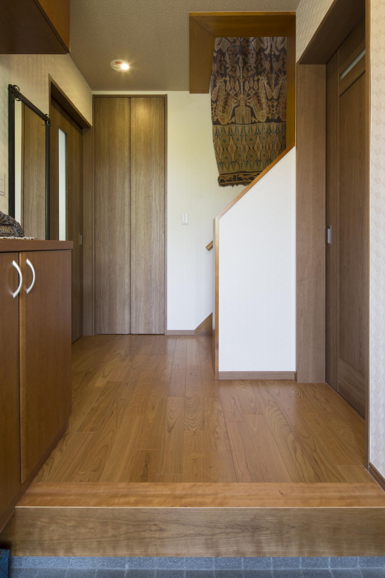 和室の押入を撤去した分、収納も減ってしまうため玄関にもクロークを設置。トールタイプなので上段には帽子やバッグ、下段にはゴルフバッグなどをしまうことができ、大変重宝されているそうです。