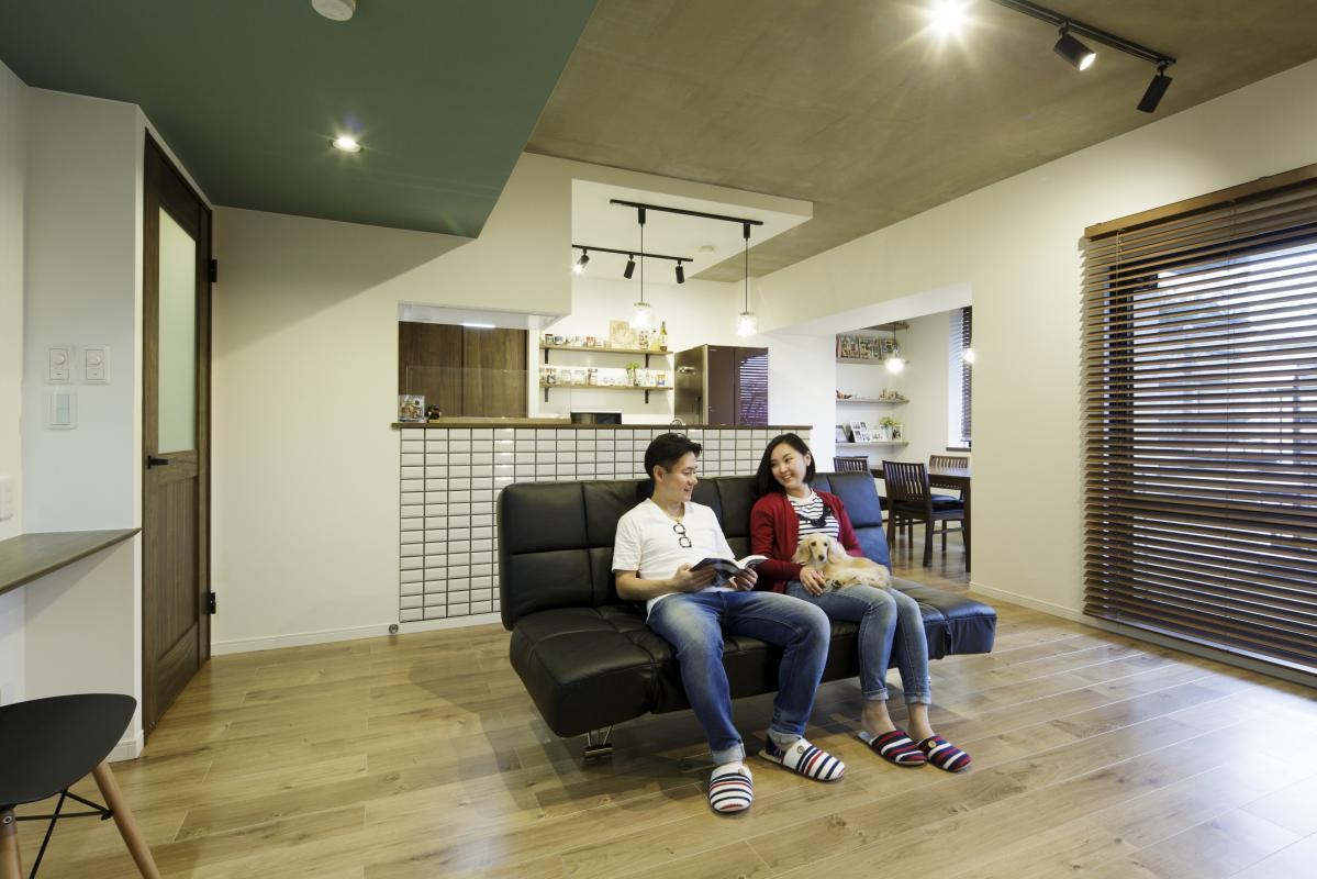 独立していたキッチンをLDの中に取り込み、広々とした開放的なLDKに。天井はコンクリート打ち放し風に。照明はダクトレールを採用し、スタイリッシュな空調を演出しました。「イメージ通りの空間に仕上がり、その中で寛いでいる時は本当に幸せです。」とS様。