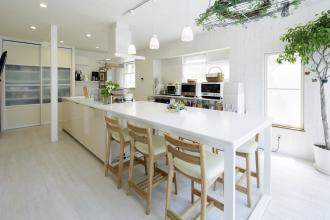 わが家がお料理教室になる、白いアイランドキッチン。