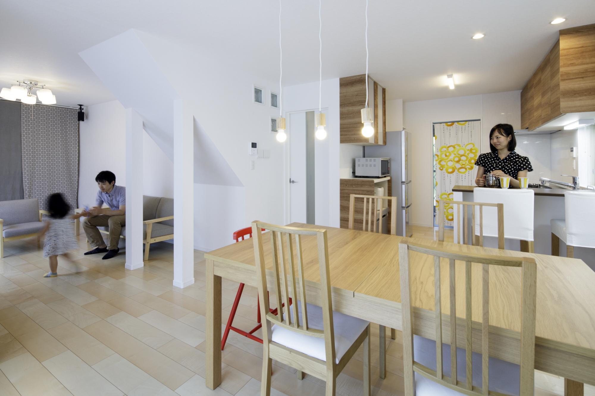 LDとキッチン、LDと和室の間の壁を撤去し、それぞれLDに取り込んで広々としたLDK空間を実現。キッチンからリビングにいる家族の様子がわかり、お子さまも安心して走り回れるようになりました。