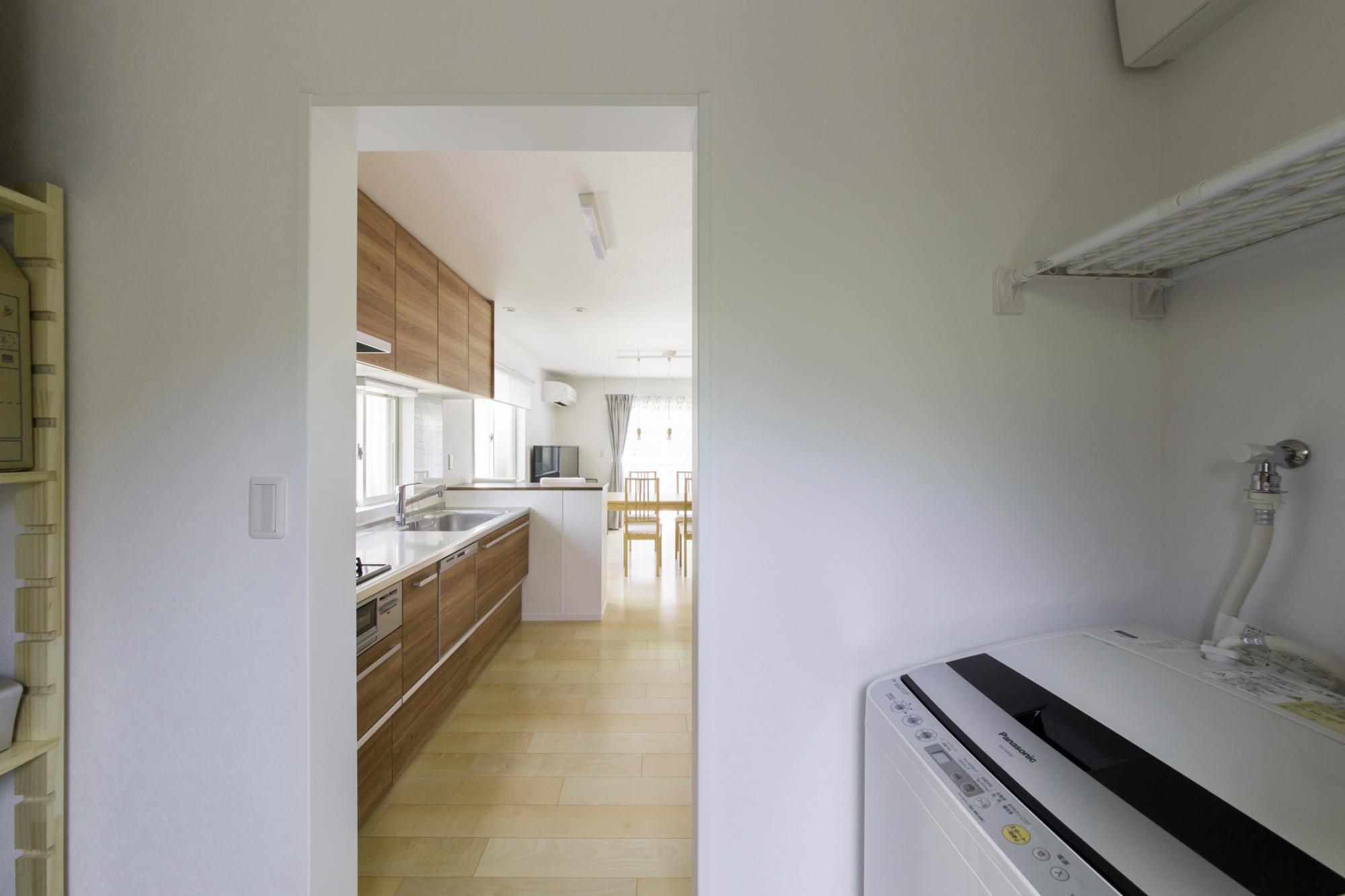 洗濯機が置けるよう、キッチンの先にユーティリティ空間を設けました。コストを抑えるため扉は設けず、カーテンで仕切っています。