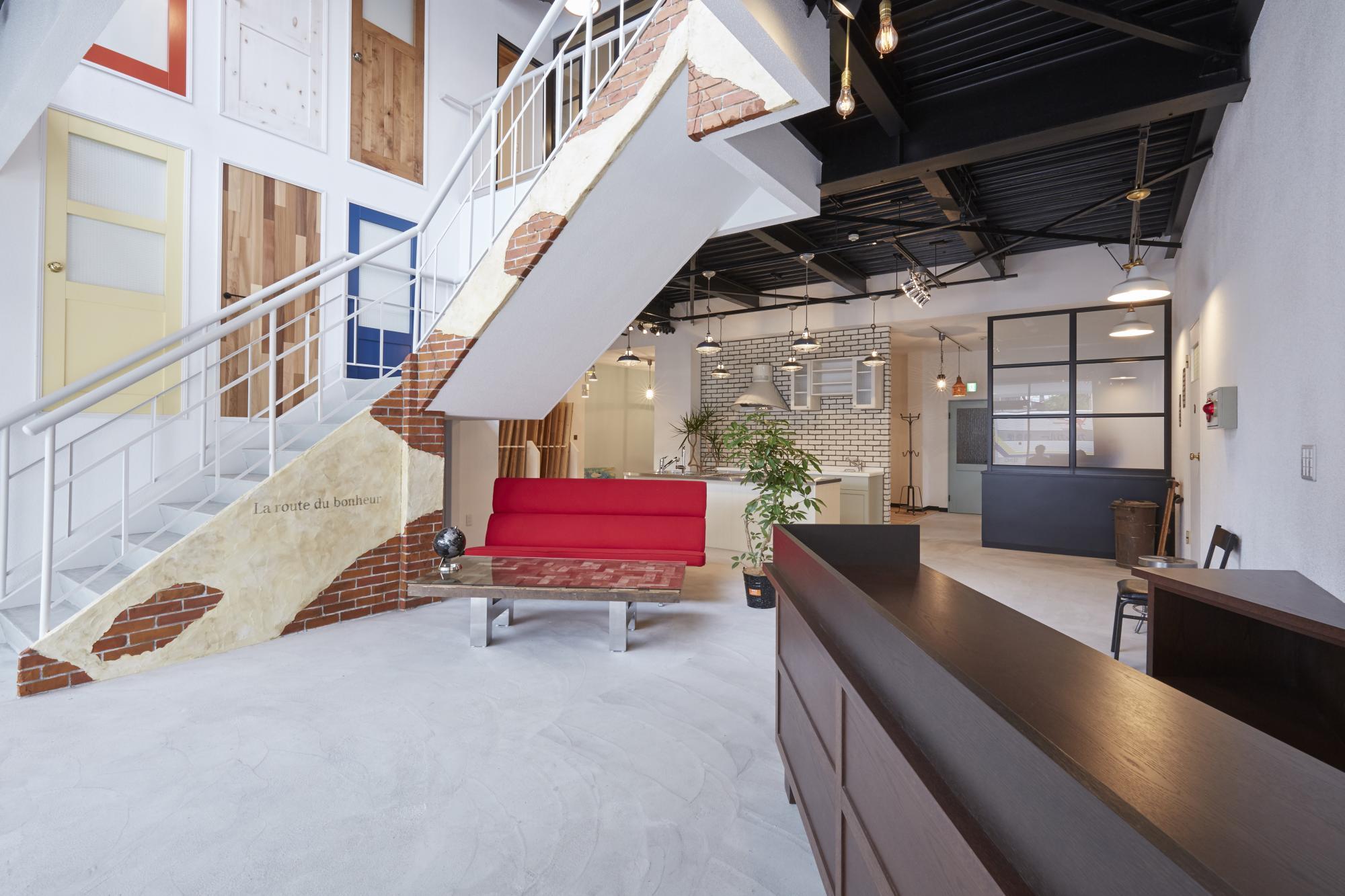 「日本住を、愉快に」 洋服はその日、着たいものを自分でコーディネートする。食事もその日、食べたいものをお店で楽しむ。衣・食・住の中で一番高価な買い物である住宅は、どれも画一的な住まいに溢れている。一番不自由なのはなぜだろう・・・。 画一的な新築住宅に対して、「中古購入+リノベーション」なら新築よりも好立地を選びやすく、設計や素材などすべてを自分流に、しかもリーズナブルに叶えることができます。 海外先進諸国では普通に見受けられるシステムで、多くの方が自分らしい住まいづくりをすでに楽しんでいます。 さあ、日本の住まいにも自由を・・・憧れを手にするときの、あのワクワクを・・・。私たちが最初から最後までお手伝いします。