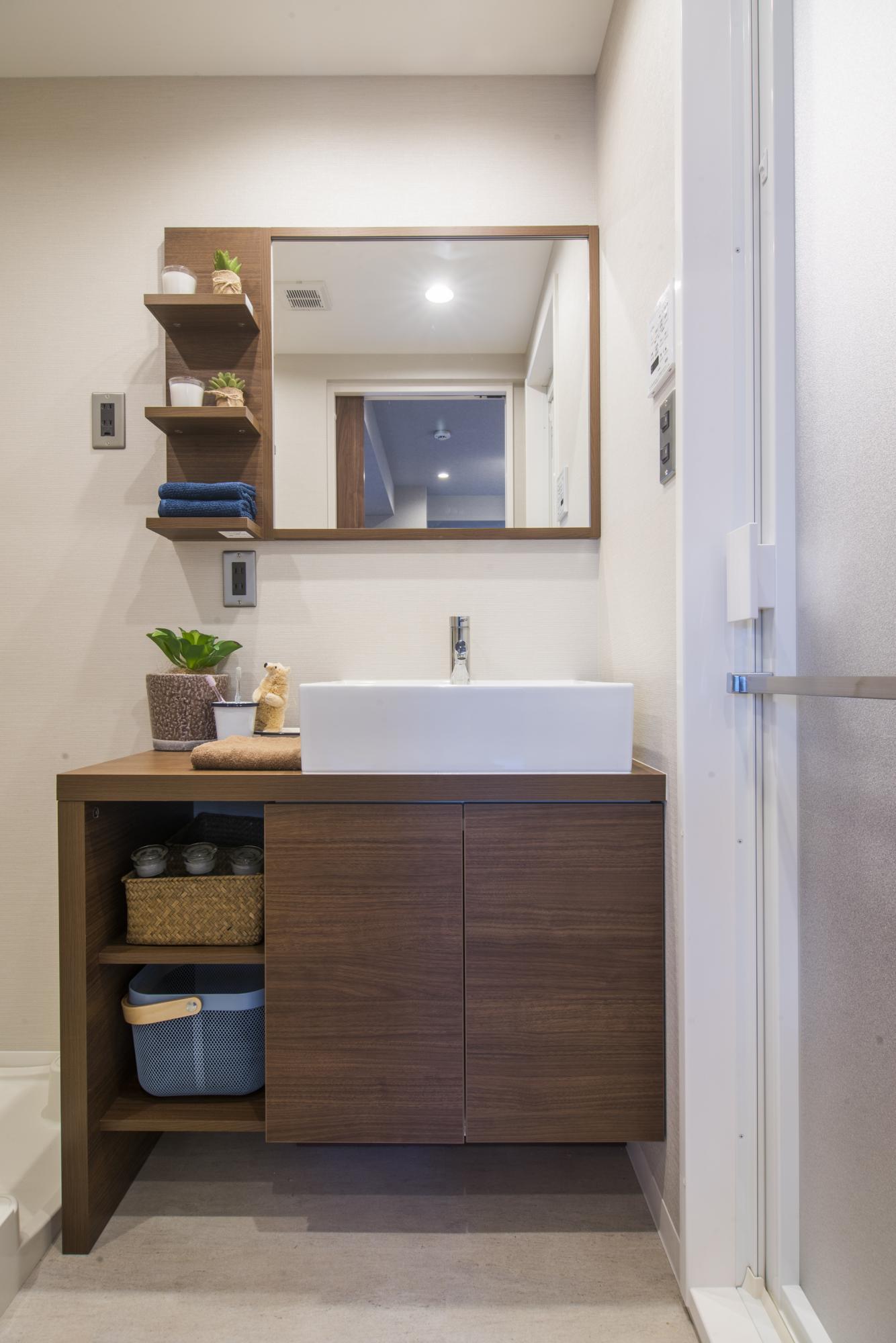 洗面室は落ち着く木彫ブラウンを採用