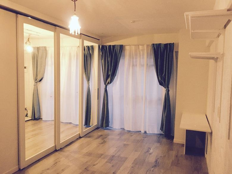 アンティークガラスの入ったブルーグレーのリビング扉か白いお部屋の中でとても良い感じのアクセントになりました。