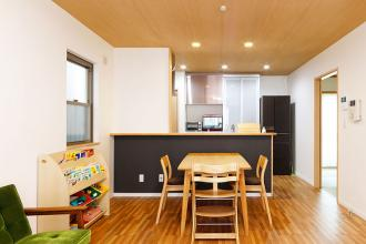 フォーマルな生活空間+清潔感と遊び心