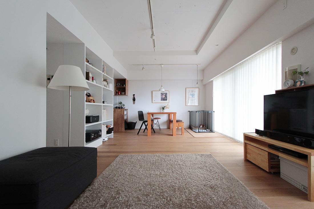 オークフローリングと白塗装されたリビング空間。