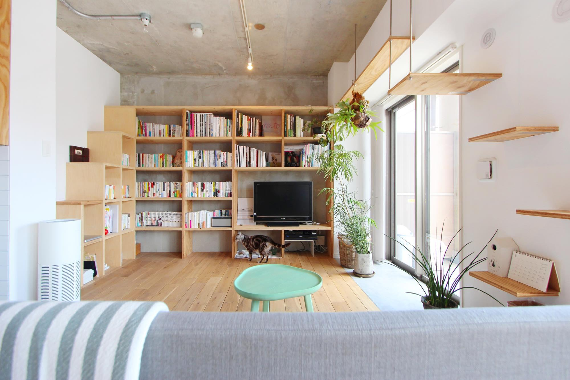 造作のテレビ台も兼ねた本棚は、背板はつけずにコンクリートの素材を活かしたデザイン。