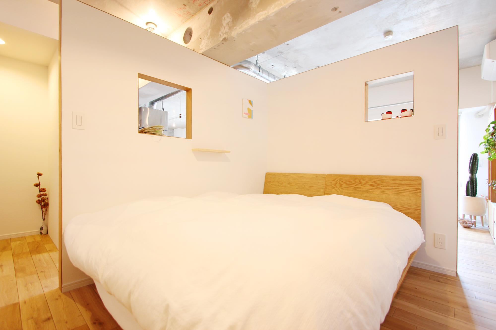 寝室はあえて個室化せず、L字型の壁を設けることで空間のつながりを大切に考えた。